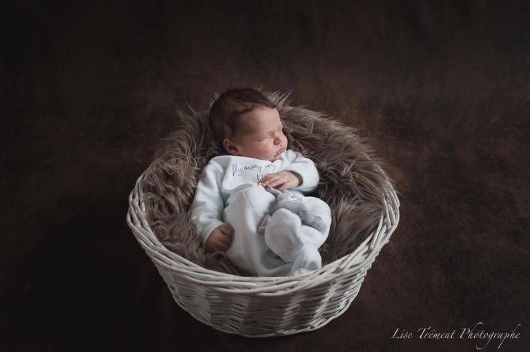 bébé dans une corbeille